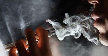 vaporando cigarro eletrônico