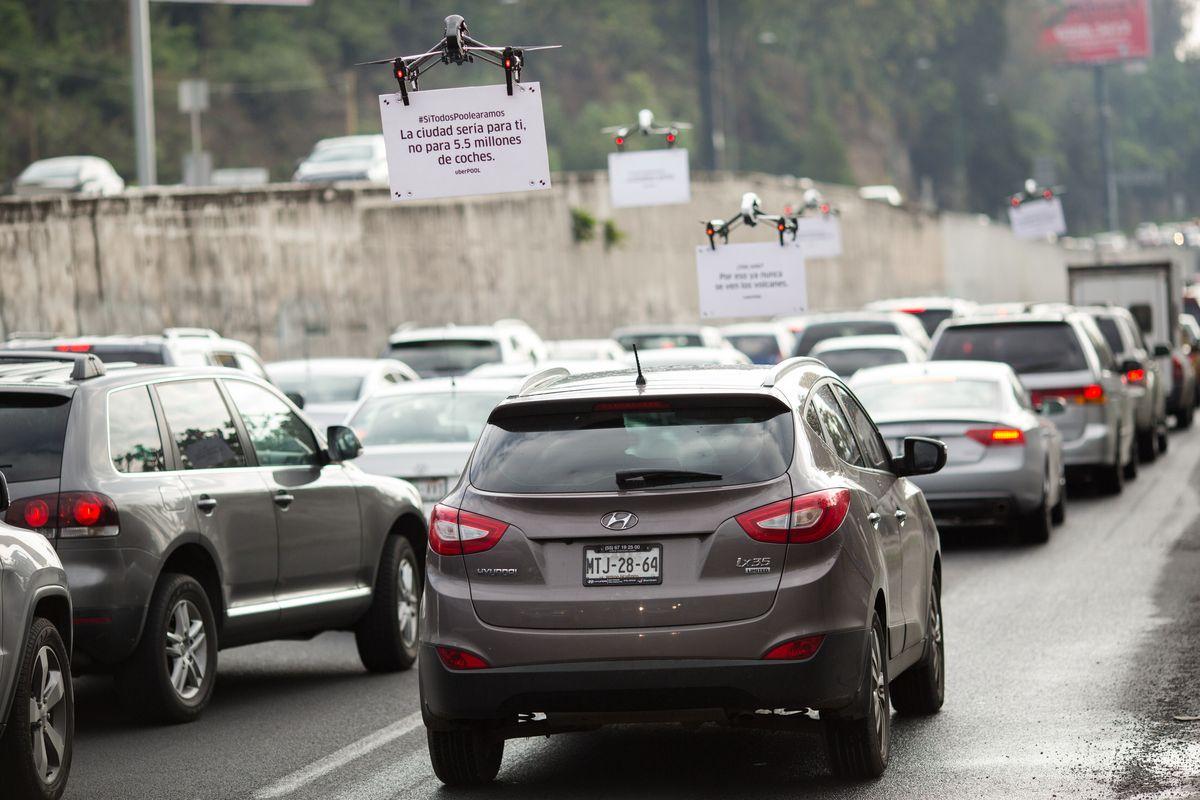 Drones da Uber fazem propaganda pairando sobre uma avenida movimentada na Cidade do México