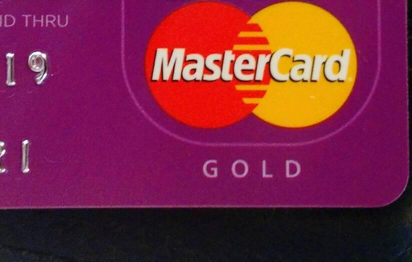 No detalhe um cartão Nubank Gold - a cor é a mesma - mudam apenas a indicação e os benefícios na utilização.